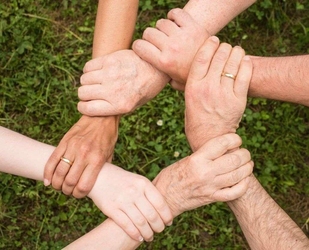 Quantas pessoas são necessárias para abrir uma ONG - Mãos dadas mostrando união